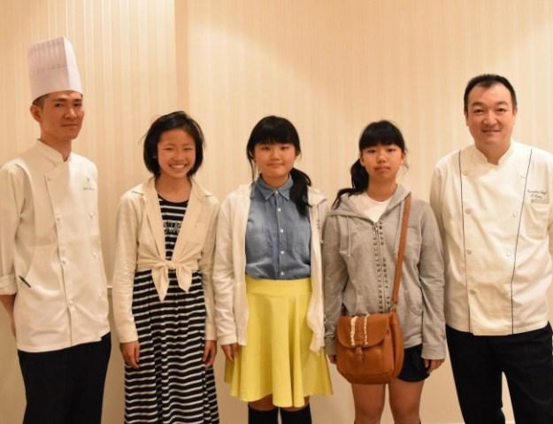 『Jewel Sweets』の子ども達と大沢総料理長(右)・長田ペストリーシェフ(左)