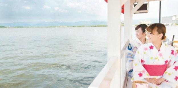 屋形船で楽しむ柴山潟遊覧