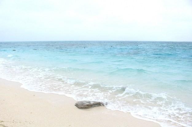 取材で訪れた沖縄の穴場の離島「ナガンヌ島」の青い海