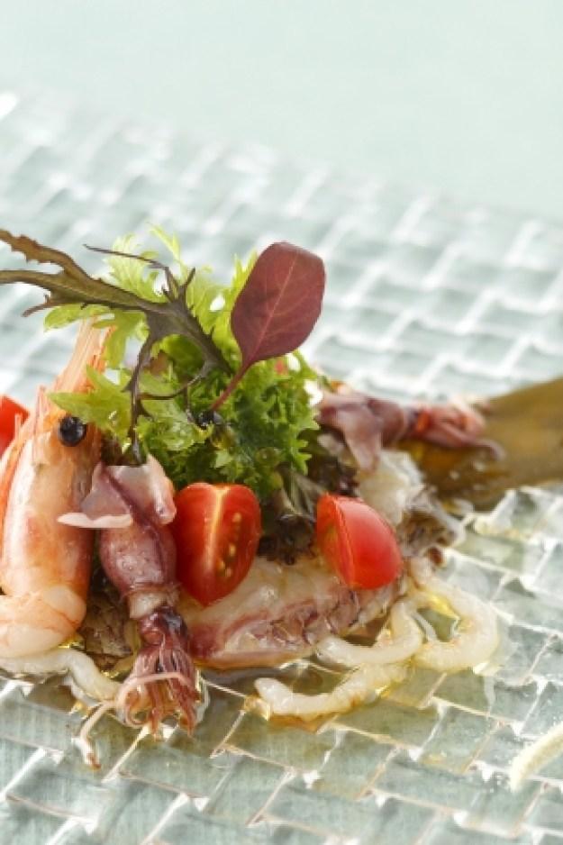 真鯛の昆布締めと富山産シロエビとホタルイカのマリネ 甘海老と一緒に