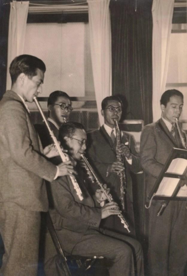 オークラウロを演奏する大倉喜七郎(前列)
