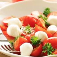 Sałatka z mozzarelli i pomidorów