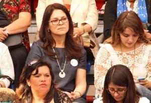 Junto a mujeres en una actividad en Santiago.
