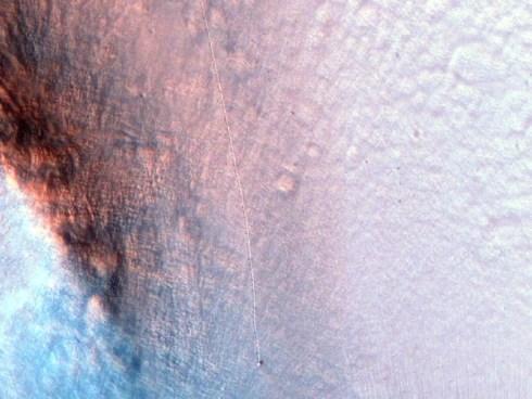 Una delle foto della superficie di Marte con l'evidenza del solco