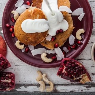 Rezept für Cashewbutter Kokosmilch Pfannkuchen mit einem Quark Kokos Topping, garniert mit Cashewkernen und Granatapfel