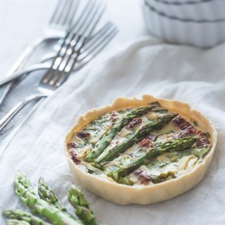 Vegan, healthy and damn photogenic - this vegan quiche with green asparagus, buckrams, escallions and dried tomatoes combines it all. It is easy and fast to prepare and will impress even your most critical guests. More on Purple Avocado.