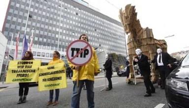 """ABD0050_20141121 - WIEN - …STERREICH: Eine Aktion von Greenpeace """"Trojanisches Pferd zieht durch Wien"""" aufgenommen am Freitag, 21. November 2014, vor der WK… in Wien. - FOTO: APA/HELMUT FOHRINGER"""