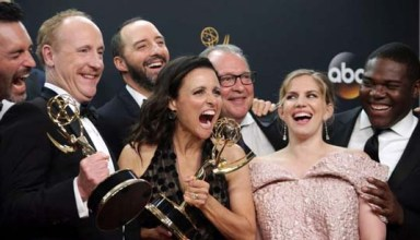 epaselect epa05547417 Julia Louis-Dreyfus (C), winner of the Best Actress in a Comedy Series Award, as well as Outstanding Comedy Series Award for 'Veep', poses with the cast in the press room during the 68th annual Primetime Emmy Awards ceremony held at the Microsoft Theater in Los Angeles, California, USA, 18 September 2016. The Primetime Emmy Awards celebrate excellence in national primetime television programming.  EPA/MIKE NELSON