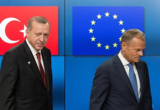 Turkish President Recep Tayyip Erdogan (L) stands with European Council President Donald Tusk before a meeting at the European Council in Brussels, Belgium, May 25, 2017.  REUTERS/Olivier Hoslet/Pool