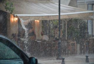 Πολίτες κάτω από τέντα για να προστατευτούν από την σφοδρή καταιγίδα που χτύπησε την Αργολίδα, την Κυριακή 29 Ιουλίου 2018. Η πολύ έντονη βροχόπτωση σε συνδυασμό με τον  αέρα και τους κεραυνούς έκαναν τρομακτικό το σκηνικό του καιρού. Στο Ναύπλιο κεντρικοί δρόμοι έγιναν ποτάμια και σε πολλά σημεία σκέπασαν τα πεζοδρόμια. Πολλοί οδηγοί που βρέθηκαν εν κινήσει σταμάτησαν τα οχήματα τους καθώς δεν έβλεπαν να οδηγήσουν, ενώ επίσης ένα δέντρο έπεσε στην Επαρχιακή Οδό Ναυπλίου Άργους και χρειάστηκε η πυροσβεστική για να το κόψει. Ξεροπόταμοι και ρέματα κατέβασαν μεγάλο όγκο νερού, όπως ο Ξεριάς στο Άργος και το ρέμα Ραμαντάνη στο Ναύπλιο. Επίσης στην οδό Άργους και στην οδό Ασκληπιού στο Ναύπλιο διεκόπη η κυκλοφορία των οχημάτων και η αστυνομία διοχέτευε  την κίνηση μέσω της Χαριλάου Τρικούπη. ΑΠΕ-ΜΠΕ/ΑΠΕ-ΜΠΕ/ΜΠΟΥΓΙΩΤΗΣ ΕΥΑΓΓΕΛΟΣ