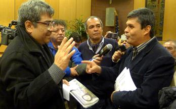 El congresista peruano Santiago Gastañadui, a la derecha, interrogado por los periodistas Manuel Alcántara y Enrique Soria.