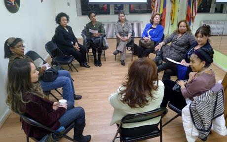 Mujeres empresarias discutiendo los planes para los próximos seis meses.
