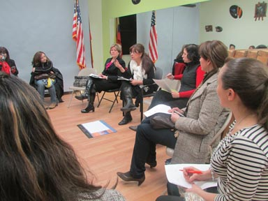 Patricia Mahecha, al centro, hablando con las futuras integrantes del Queens Women Hispanic Chamber of Commerce. Fotos Percy D. Luján