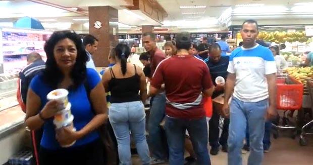 En este supermercado no había papel higiénico y  cuando llegó la mantequilla la gente se aglutinó para comprarla.