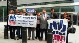 Protesta a favor y en contra de inmigrantes indocumentados