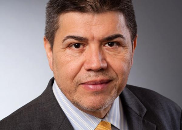 Carlos Velásquez con libro sobre el tequila y dioses