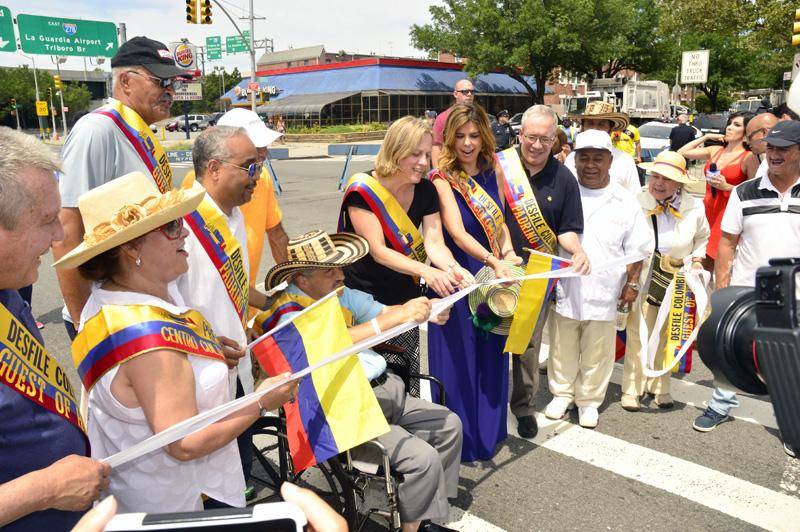 Melinda Katz, presidenta del Queens, cortando la cinta en compañía de otros políticos como el senador estatal José Peralta y organizadores del Desfile Colombiano de Nueva York.