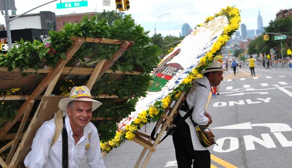 """""""Silleteros, silleteros…"""" fue el clamor del público durante el Festival de las Flores en Northern Boulevard"""