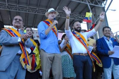 En la tarima oficial del desfile, desde la izquierda, Osvaldo Guzmán, el alcalde Bill de Blasio y el asambleísta Francisco Moya.