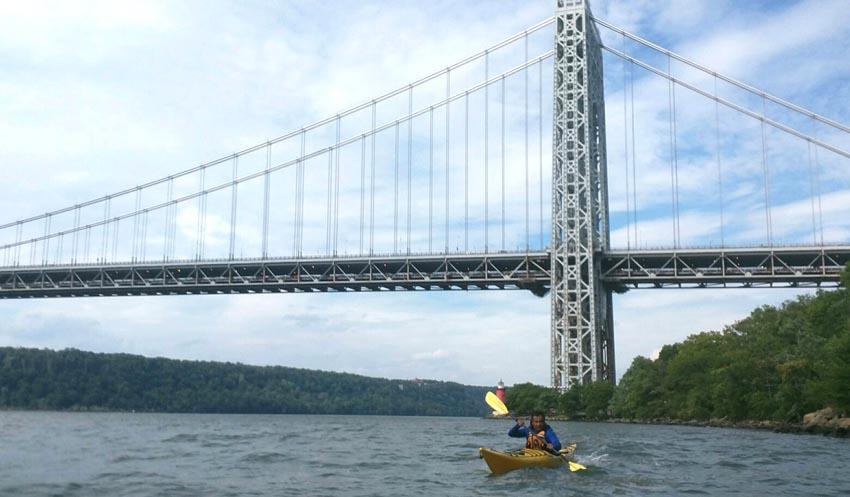 Javier Castaño enfrentando las corrientes y las olas cerca al Washington Bridge de Manhattan un día después del primer viaje de latino en kayak del NBBC. Foto cortesia de MKC