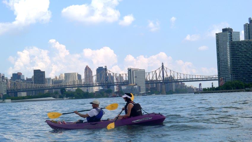 Julio Malone y Diana Vargas con el puente de la calle 59, que comunica a Queens con Manhattan, en el fondo.
