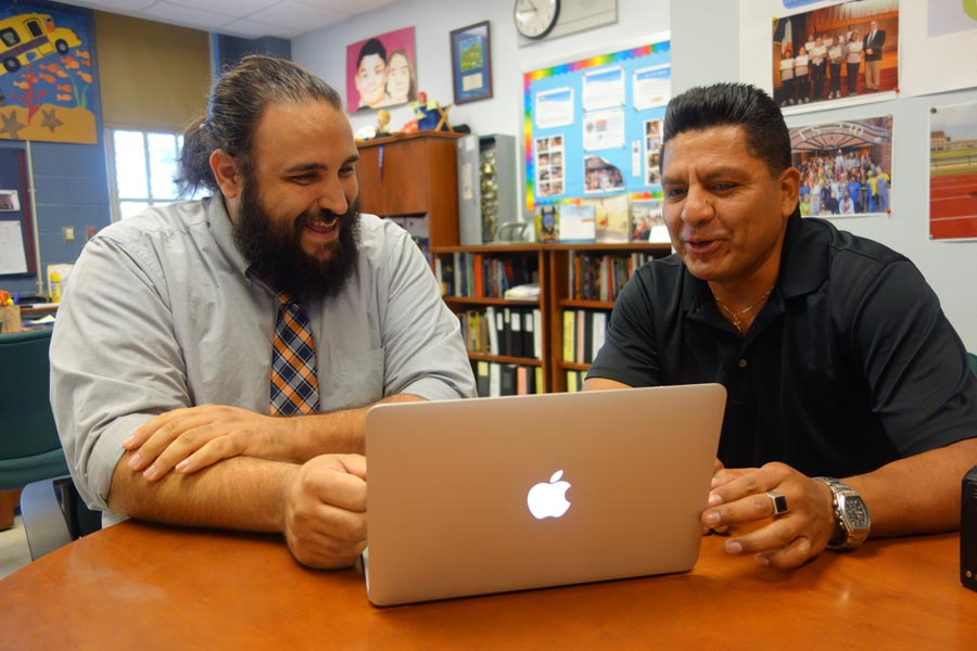 Rob Diefenback y Enrique Salazar en la oficina del director de la escuela IS 230.