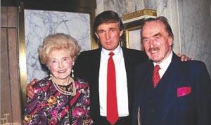 Donald Trump rodeado de sus padres en Queens, Nueva York.