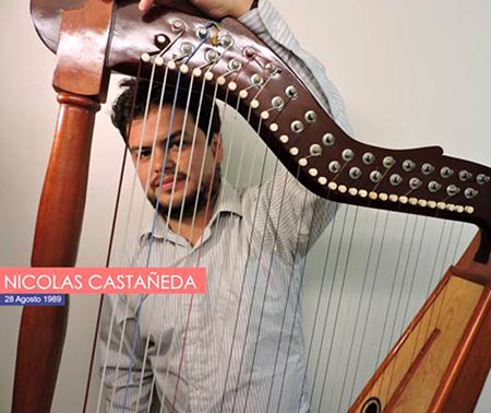 Nicolás Castañeda y su harpa.