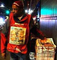 Bob Anderson repartiendo el periódico amNEWYORK antes del amanecer.