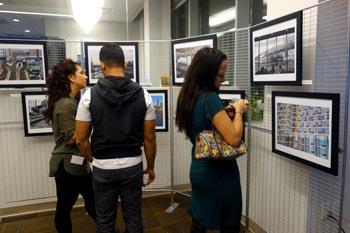 Escena de la exhibición de fotografía en el Astoria Bank de Jackson Avenue en Long Island City.