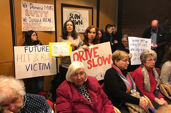 Residentes de Jackson Heights discute problemas de peatones y el tránsito vehicular