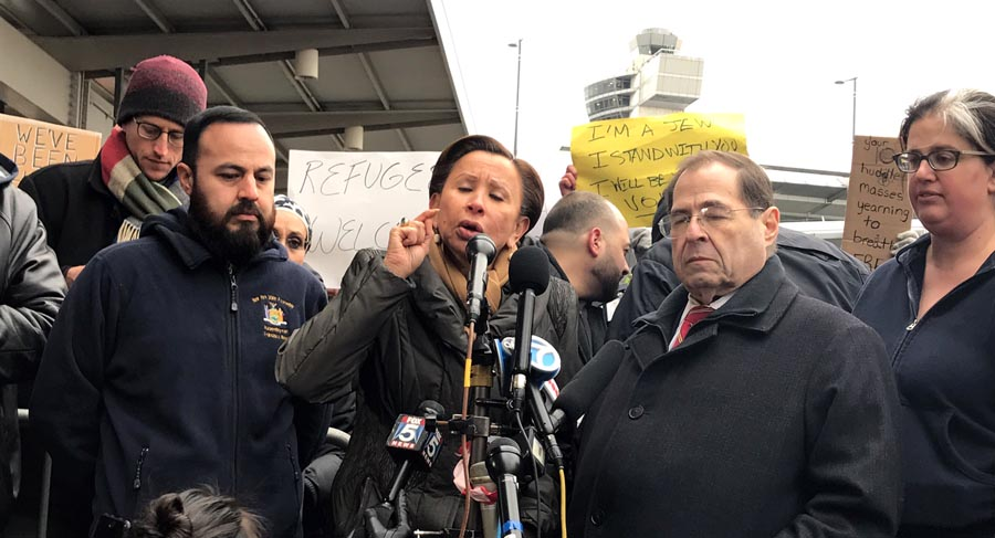 El asambleísta Francisco Moya y los congresista Nydia Velázquez y Nader acudieron al Kennedy a ayudar a los inmigrantes musulmanes. Foto cortesía