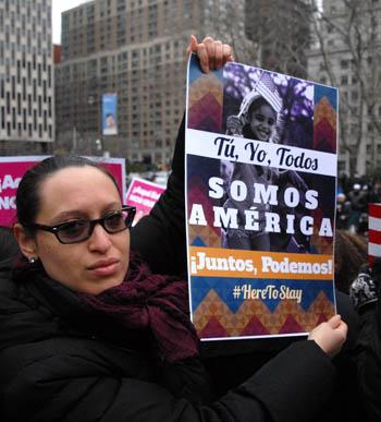 Claudia Galecio, cuya madre es indocumentada, exhibió un cartel en español. Foto Humberto Arellano