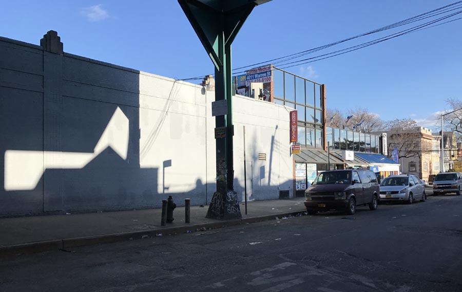 La calle Warren, cerca de la Roosevelt y Junction Boulevard, no tuvo los camiones que venden comida en la calle.
