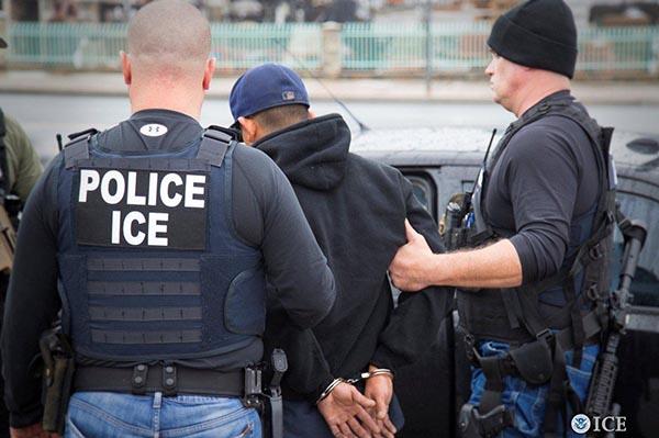 La Migra arrestará en las cortes