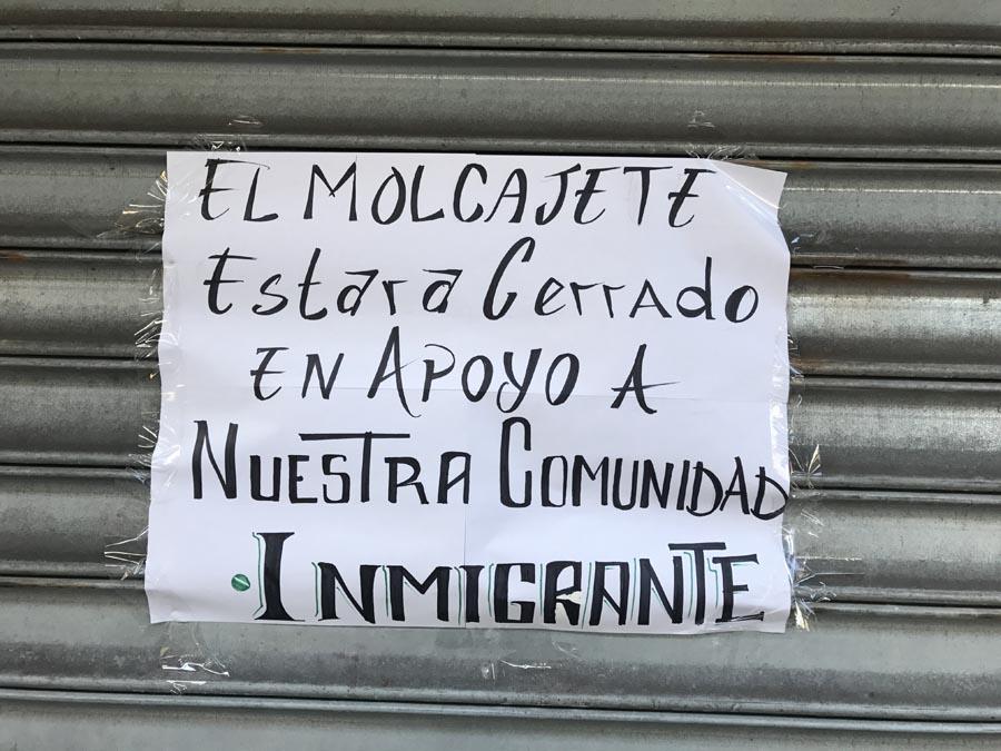 Letrero en solidaridad con los inmigrantes.