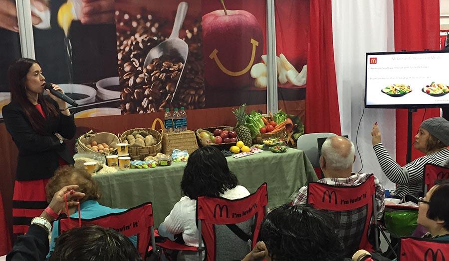 Sandra Arévalo, dietista-nutricionista registrada, hablando acerca de las varias opciones de comida equilibrada que los invitados de McDonald's pueden elegir.