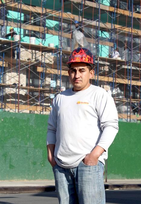 Carlos Atiencia de lustrabotas a empresario de construcción