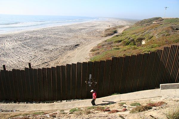 El muro tumba a Trump