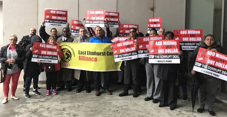 A la entrada del edificio de la corte en White Plains el ex concejal Hiram Monserrate acompañado de miembros de las organizaciones Black Institute e East Elmhurst Corona Alliance.
