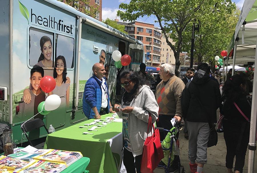El camión de Healthfirst ofreciendo información a la comunidad.