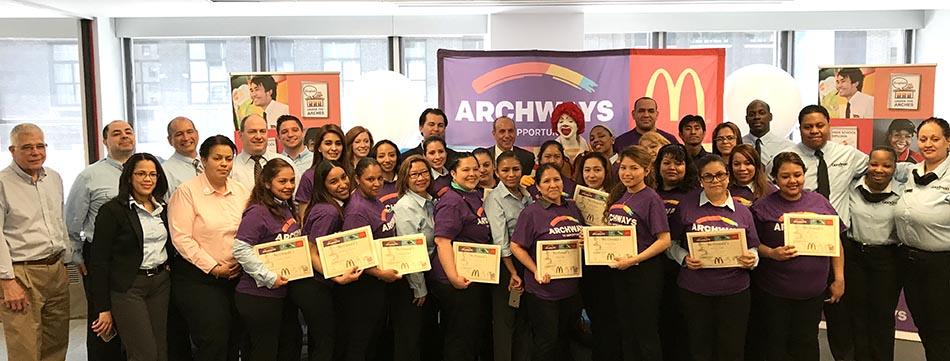 El grupo de graduados de las clases de inglés con directivos de McDonald's.