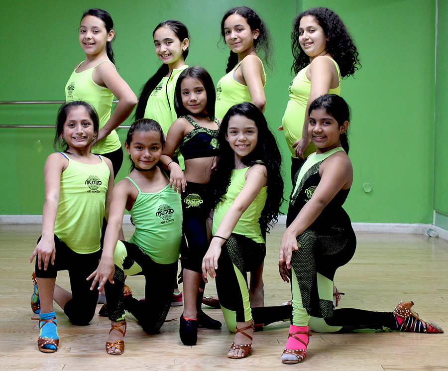 Ashley Ochoa redeada de otras bailarinas en Mestizo Art Center.