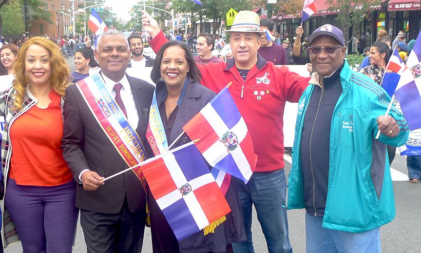 Esteban Peralta, Julissa Ferreras y su padre Julio Ferreras en el Desfile Dominicano de Queens.