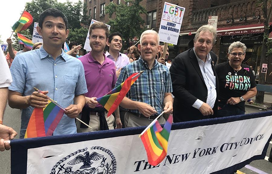 Al frente, los concejales gays Carlos Menchaca, Jimmy Van Bramer y Daniel Dromm, acompañando a Maritza Martínez, cofundadora de este desfile.
