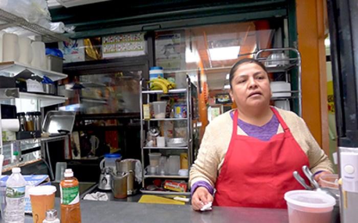 Petra Luis en su local Delicias Puebla.