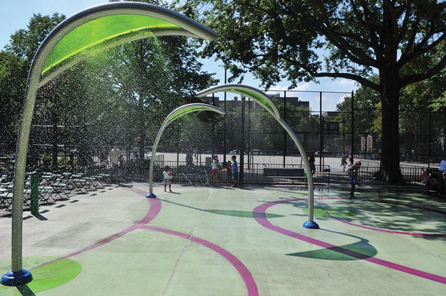 En el Travers Park de la calle 78 y la 34 avenida se practican deportes y hay actividades culturales.
