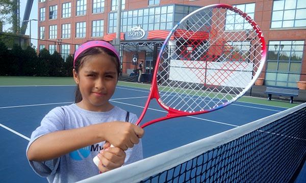 USTA invita a niños latinos a practicar tenis en donde se juega el US Open