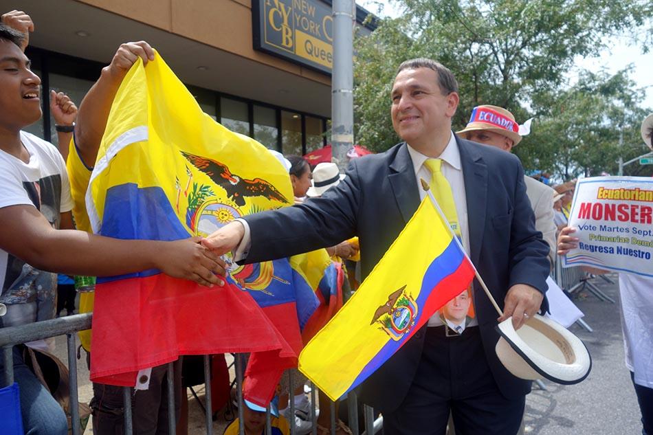 Hiram Monserrate, candidato al Distrito 21 del Concejo, saludando a los latinos. Foto Javier Castaño