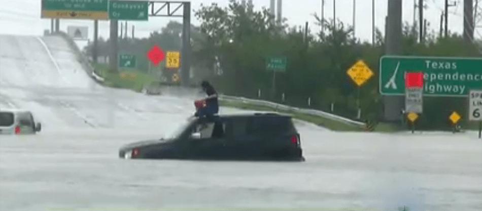 Esta conductora no calculó la profundidad de las aguas en esta autopista y se quedó varada.